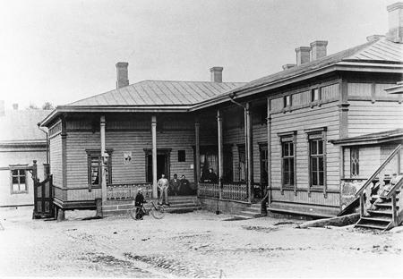 Parviaisen talon piha. Valokuvaamo K. E. Ståhlberg, Helsinki 1896. Keski-Suomen museo.
