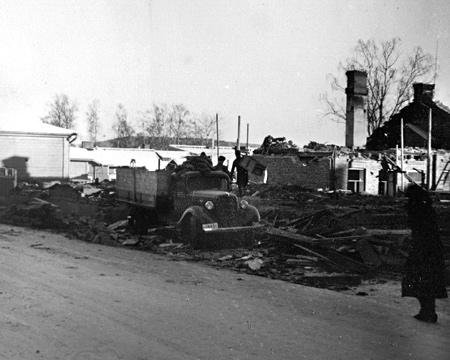 Entinen puhelinkeskuksen talo purettiin uuden kerrostalon alta talvella 1938. Kuva Pekka Mitro. Pekka Mitron perikunnan kokoelma.