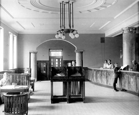 Kansallis-Osake-Pankin pankkisali vuonna 1915. Kuva Pankkimuseo.