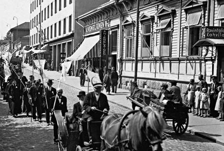 Jyväskylän seminaarin 70-vuotisjuhlakulkue Pohjoismaiden Osakepankin talon kohdalla 1933. Keski-Suomen museo.