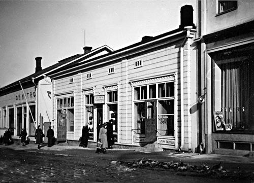 Katunäkymä Kauppakatu 20 kohdalta keväällä 1939. Kuva Pekka Mitro. Mitron perheen kokoelma.