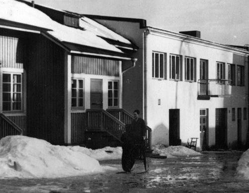 Kauppakatu 20 sisäpiha keväällä 1939. Taustalla kaksikerroksinen Mitro Oy:n neulomo. Kuva Pekka Mitro. Mitron perheen kokoelma.