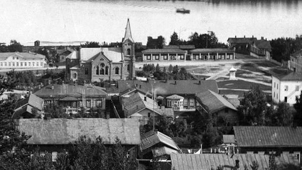 Näkymä Harjulta Kirkkotorille 1890-luvun puolivälissä. Keskellä vasemmalla Kauppakatu 21:n pihapiiri. Postikortti (osa).