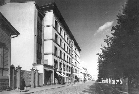 Säästöpankin talo vuonna 1942.  Aarne Pietinen. Keski-Suomen museo.