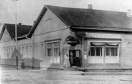 Rohdoskauppaan rakennettiin näyttävä kulmaovi vuonna 1911. Keski-Suomen museo.