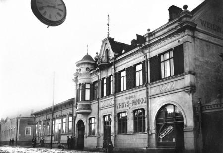 Yrjö Blomstedtin suunnittelema vastavalmistunut kivitalo 1900-luvun alussa. Kuva Onni Anton Fredrikson. Keski-Suomen museo.