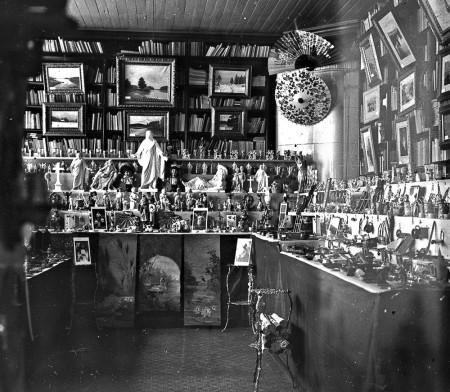 Sisäkuva Weilin & Göösin kirjakaupasta joulun aikaan. Kuva Onni Anton Fredrikson. Keski-Suomen museo.