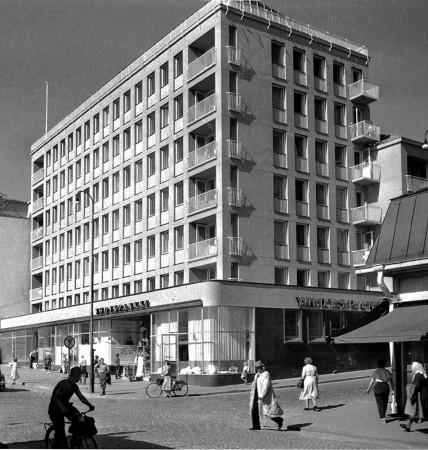 Vastavalmistunut Pohjoismaiden Yhdyspankin talo vuonna 1955. Kuva Antti Pänkäläinen. Keski-Suomen museo.