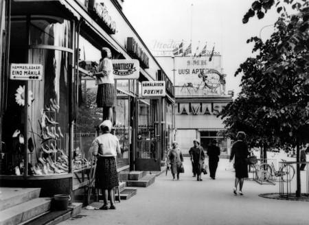Levennetty puiden rajaama jalkakäytävä Yhdyspankin edessä 1960-luvun puolivälissä. Kuva Seppo Turpeinen. Keski-Suomen museo.