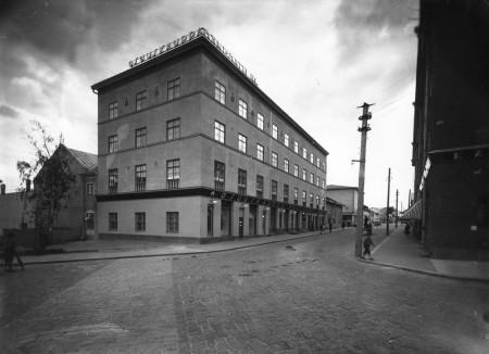 Arkkitehti Georg Jägerroosin suunnittelema vastavalmistunut Mäki-Matin talo vuonna 1929. Kuva Valokuvaamo Päijänne. Keski-Suomen museo.
