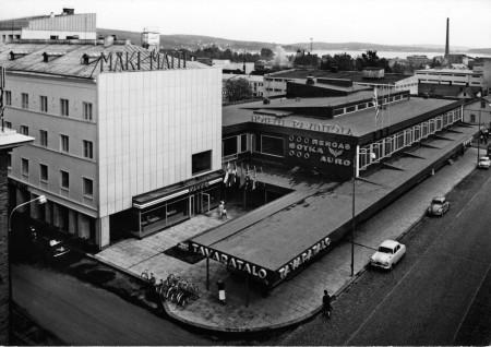 Näkymä Mäki-Matin rakennuksista tavaratalon valmistuttua 1961. Kuva Keski-Suomen museo.