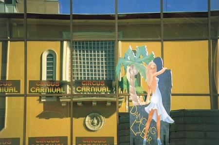 Ravintola Circus Carnivalin julkisivua kuvattuna Väinönkadun toiselta puolelta kesällä 1988. Kuva Jussi Jäppinen.