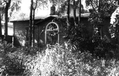 Mendelinin talo rehevän kasvuston keskellä. <br /> Valokuvaamo Päijänne. Kuva Keski-Suomen museo.